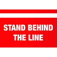 Autocollant de sol de distanciation sociale Sterling, anglais, Stand Behind the Line, blanc sur fond rouge, 12po x 18po