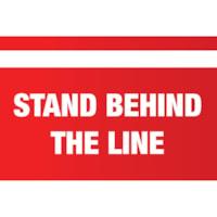 Autocollant de sol de distanciation sociale Sterling, anglais, Stand Behind the Line, blanc sur fond rouge, 12 po x 18 po