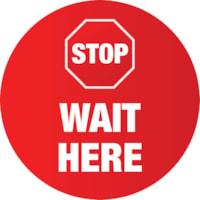 Autocollant de sol de distanciation sociale Sterling, anglais, Stop Wait Here, blanc sur fond rouge, 12 po